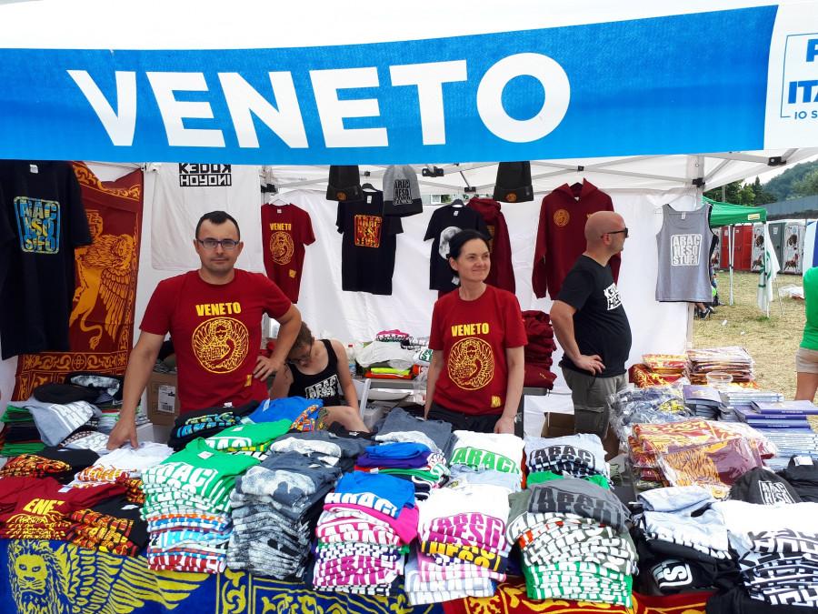 Stánek z kraje Veneto a jejich vyhledávaná značka v dialektu ARACHESOSTUFO ... jinak to znamená HELE UŽ JSEM   OTRÁVENEJ ve smyslu UŽ MĚ TO NEBAVÍ s odkazem na nesmyslné věci v politice