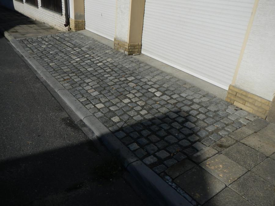 pečlivě provedený nový vjezd navazující na starý chodník