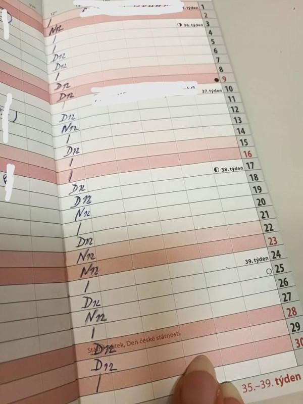 Rozpis směn všeobecné sestry ze září minulého roku. Z pěti víkendů ani jeden volný.