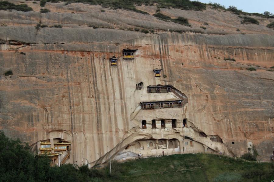Trochu tmavší dešťová fotka hlavní skalní stěny s chrámy, všechny jsou přístupné soustavou chodeb, tunelů a schodišť, další chrámečky pokračující vpravo se už do záběru nevešly