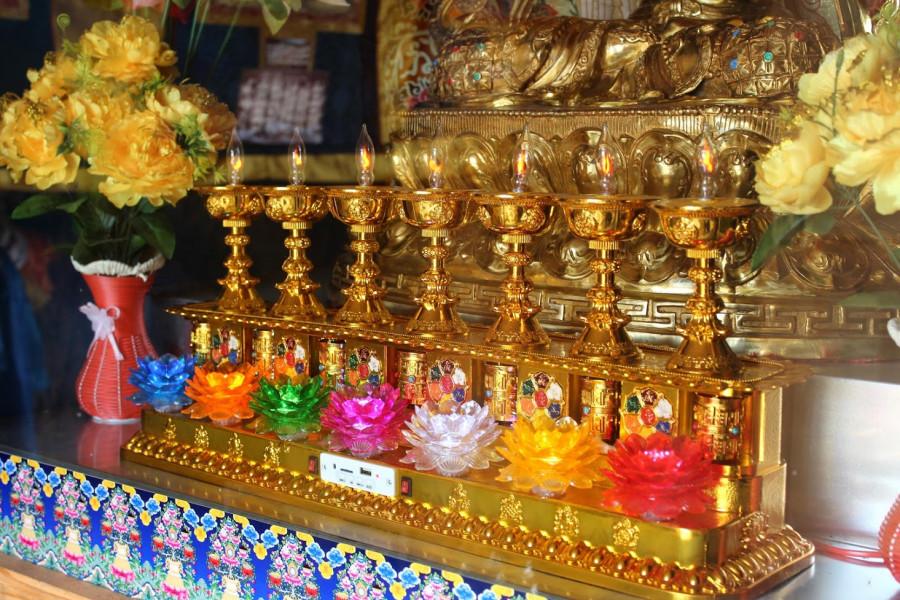 Ani buddhismus není imunní vůči moderním technologiím, svíčky nahradily žárovky a modlitební mlýnky pohání baterie