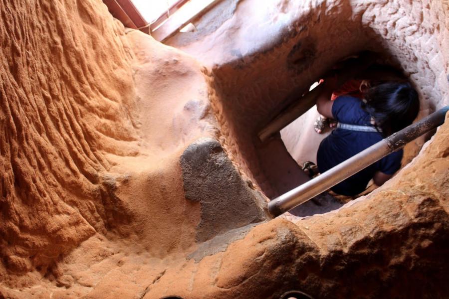 Strmý tunel vertikálně spojující chrámy ležící nad sebou