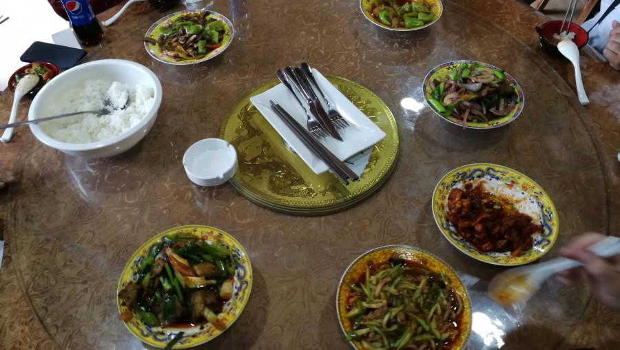 Oběd - pro jistotu nám dokonce nabídli i příbor, abychom viděli, jak jsou zde na venkově také světoví - my jsme ale zůstali u hůlek