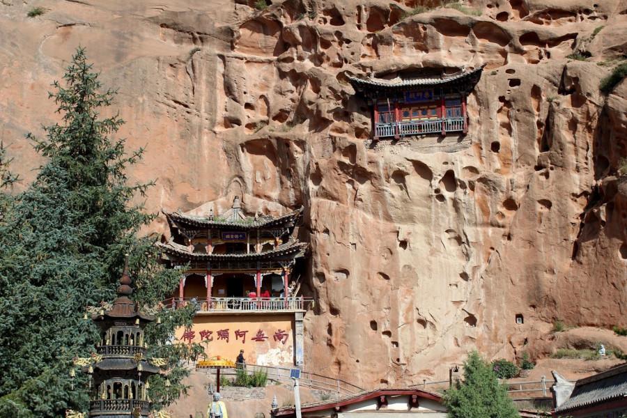 Skalní chrámy v doupravených pískovcových jeskyních