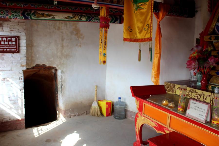 Chudý interiér chrámu, dále se pokračuje úzkým a nízkým průlezem do tunelu k sousednímu chrámečku