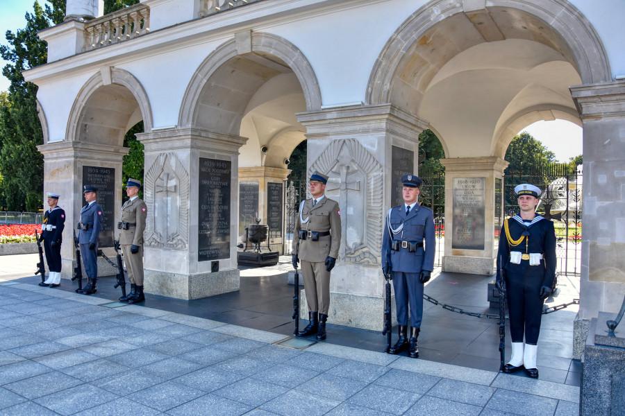 Památník neznámého vojáka Varšava s čestnou stráží armády, námořnictva a letectva.