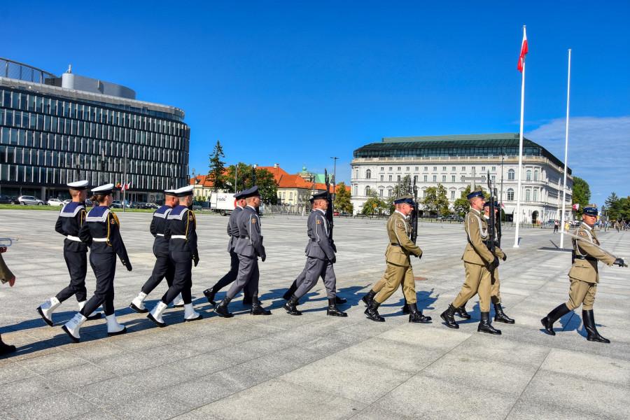 Střídání čestné stráže u Památníku neznámého vojáka ve Varšavě.