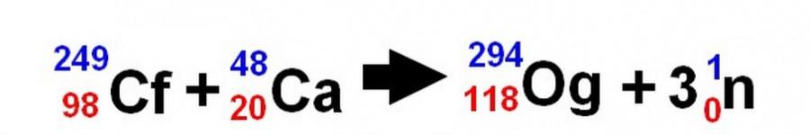Obrázek: Schéma výroby Oganessonu. Modrá čísla označují počet nukleonů - tedy společný počet neutronů a protonů v jádře. Červenou barvou jsou označeny počty protonů. Zdroj obrázku: D. Tenzler