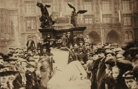 Stržení Mariánského sloupu na Staroměstském náměstí 3. listopadu 1918. Podle tvrzení JUDr. Miroslava Kopeckého se M. Králová a F. Zemínová nacházejí na snímku v levém rohu dole.