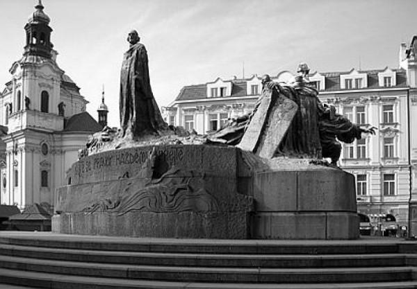 Jan Hus hledí na Pannu Marii (tedy hleděl na ni první tři roky existence pomníku, než jej rozvášněný dav o tento pohled připravil)