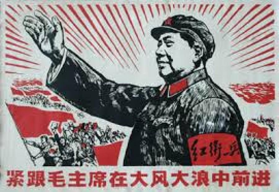 """Čínský politický a státní činitel. Pocházel ze statkářské rodiny, v r. 1918 absolvoval pedagogický institut a o dva roky později se zapojil do revolučního hnutí vzniklého pod vlivem Velké říjnové socialistické revoluce. V r. 1921 se účastnil zakládajícího I. sjezdu KS Číny, v l. 1923 - 1925 a znovu od r. 1928 byl členem jejího ústředního výboru. 1928 se stal politickým komisařem 4. sboru čínské Rudé armády, 1931 předsedou ústředního výkonného výboru a předsedou rady lidových komisařů Čínské sovětské republiky, od 1933 členem politbyra a od 1943 předsedou ÚV KS Číny. Mao Ce-tung pochopil, že Čína je příliš zaostalá na to, aby se komunistická strana mohla spoléhat na nepočetnou městskou dělnickou třídu, proto vytvořil na rozmezí jižní a střední Číny sovětskou základnu, jejíž oporou byli rolníci. Sovětské základny musely od počátku čelit vyhlazovacím výpravám reakčního čínského politika Čankajška. Když Čankajškovy síly v r. 1934 sovětskou oblast dobyly, Mao se svými stoupenci vyrazil na nebezpečný """"Dlouhý pochod"""