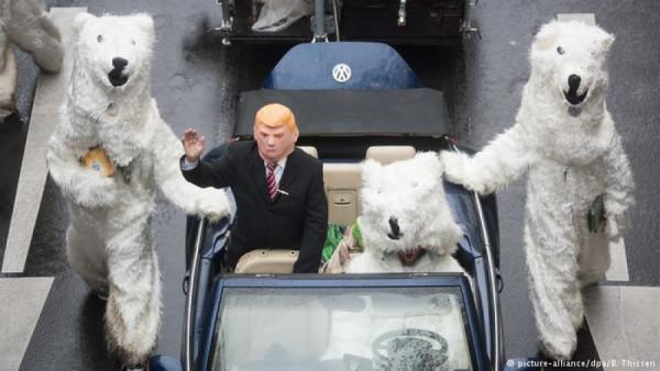 OBRÁZEK 1: Aktivisté Greenpeace uspořádali pochod, kde nebohý muž v masce Donalda Trumpa je eskortován kamsi jednotkou ledních medvědů. Lední medvěd je typický symbol tohoto hnutí. Údajně ohrožený živočišný druh, který ve skutečnosti je tak přemnožený, že je Eskymáci nestíhají střílet. Ty medvědy. V roce 2005 jich bylo asi 22 tisíc, letos je to asi 28 tisíc.