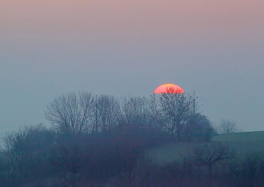 Vycházející slunce, krátce po západu měsíce. 21. ledna 2019, 07.38 hod