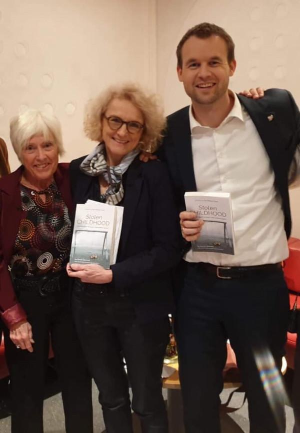 """Gro Hillestad Thune, bývalá zástupkyně Norska u ESLP (první zleva) představila knihu Stolen Childhood i norskému ministru pro děti. Tito lidé mě za """"ruského švába"""" nepovažují."""