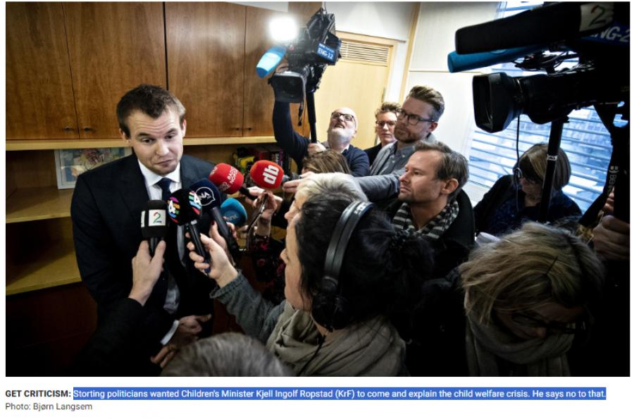 Ministr pro děti Ropstad odpovídá novinářům na to, proč nepřišel na projednávání interpelací opozičních politiků ohledně