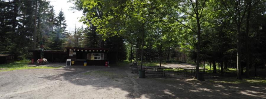 Naproti chatě je také stánek s občerstvením.