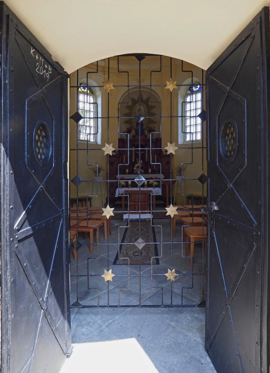 Kaple je zabezpečena mříží a masivními dveřmi.