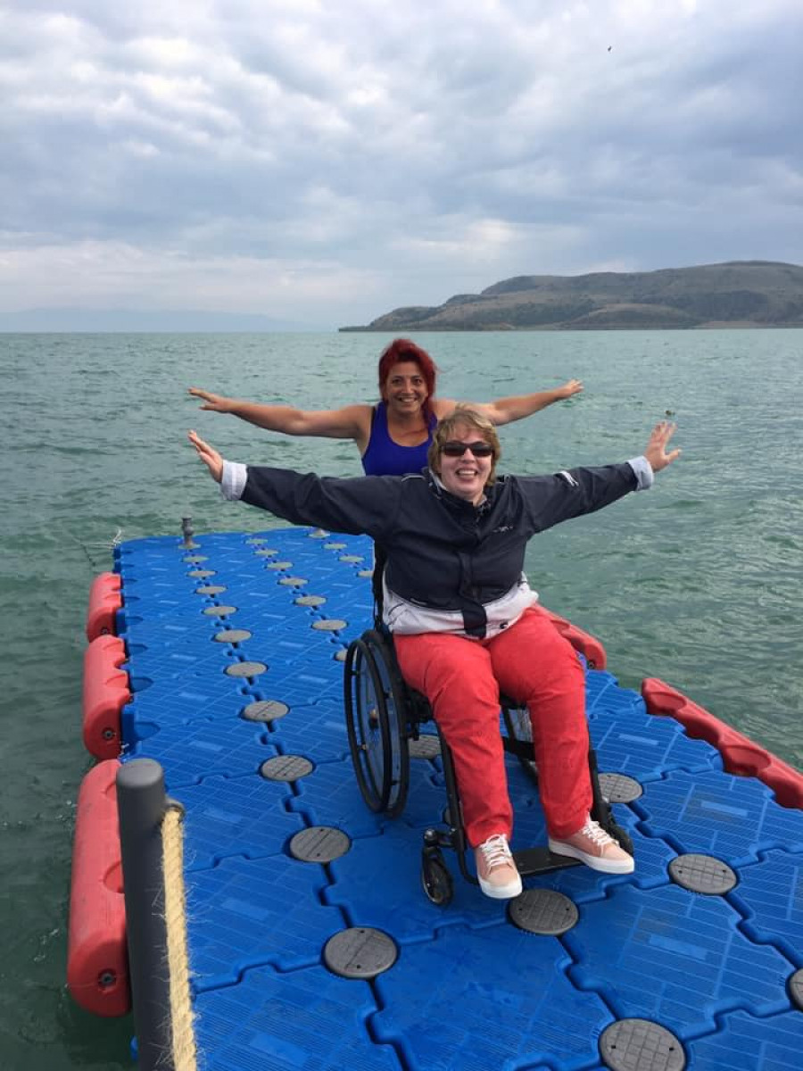 Varduhi s klientkou na břehu jezera Sevan