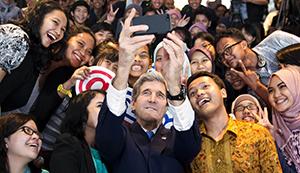 Ministr Kerry jako Prezident Miss Afghánistán 2014
