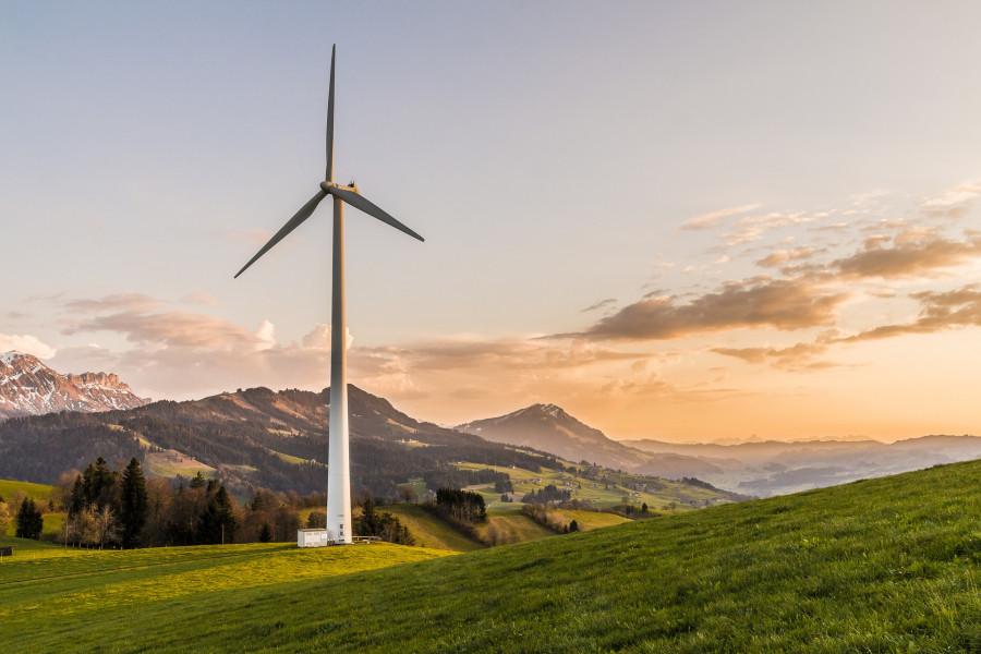 Jedna forma energie se přeměňuje v druhou. Zde větrná v elektrickou. Žádná energie nevznikne z ničeho.
