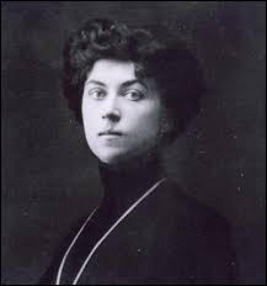 """Alexandra Michailovna """"Šura"""" Kollontajová (Алекса́ндра Миха́йловна Коллонта́й — rozená Domontovičová, Домонто́вич) (31. března 1872 – 9. března 1952 byla ruská komunistická revolucionářka. Nejdříve byla členkou strany menševiků, v roce 1915 přestoupila k bolševikům. V roce 1923 se stala sovětskou zástupkyní v Norsku, čímž se stala první ženou na světě v diplomatických službách. Byla také propagátorkou volné lásky. Život  Narodila se v březnu 1872 jako dcera vysoce postaveného generála ruské armády a finské sedlačky. V sedmnácti se odmítla stát ženou mladého generála – adjunkta cara Alexandra III. a v roce 1893 se provdala za inženýra Vladimíra Kollontaje. Porodila mu syna a po 4 letech se rozvedla.  V roce 1897 odjela do Švýcarska, kde na univerzitě vystudovala ekonomiku a statistiku, později odjela do Londýna, kde poznala socialistu Webba, a následně pak do Berlína, kde se seznámila s Kautským a Luxemburgovou. V té době se její bývalý manžel podruhé oženil a jeho nová žena přijala jejího syna za vlastního.  Alexandra se po vyřešení rodinných problémů začala plně věnovat práci v Sociálně demokratické dělnické straně Ruska a záhy se dostala do jejího vedení. Lavírovala mezi menševiky a bolševiky, ale Lenin ji přesvědčil a v roce 1915 přešla k bolševikům. V červnu 1917 byla po prvním pokusu bolševiků o převzetí moci zatčena a nakrátko uvězněna. Ale po Říjnové revoluci, jíž se sama aktivně zúčastnila, se stala lidovou komisařkou (ministryní) sociálního zabezpečení. Po revoluci si vzala vojenského činitele a předsedu Centrobaltu Pavla Dybenka, s nímž se roku 1922 rozvedla. Na stranických sjezdech prosazovala radikální feministické řešení """"ženské otázky"""", v roce 1920 založila oddělení žen při ÚV KSR(b). 4. října 1922 se stala první sovětskou a ruskou diplomatkou vůbec, když byla jmenována zplnomocněnou zástupkyní sovětské vlády v Norsku. V září 1926 byla vyslána jako diplomatka do Mexika, ale kvůli zdravotním potížím s tamním klimatem se téhož roku vrátila do Norska.  30"""