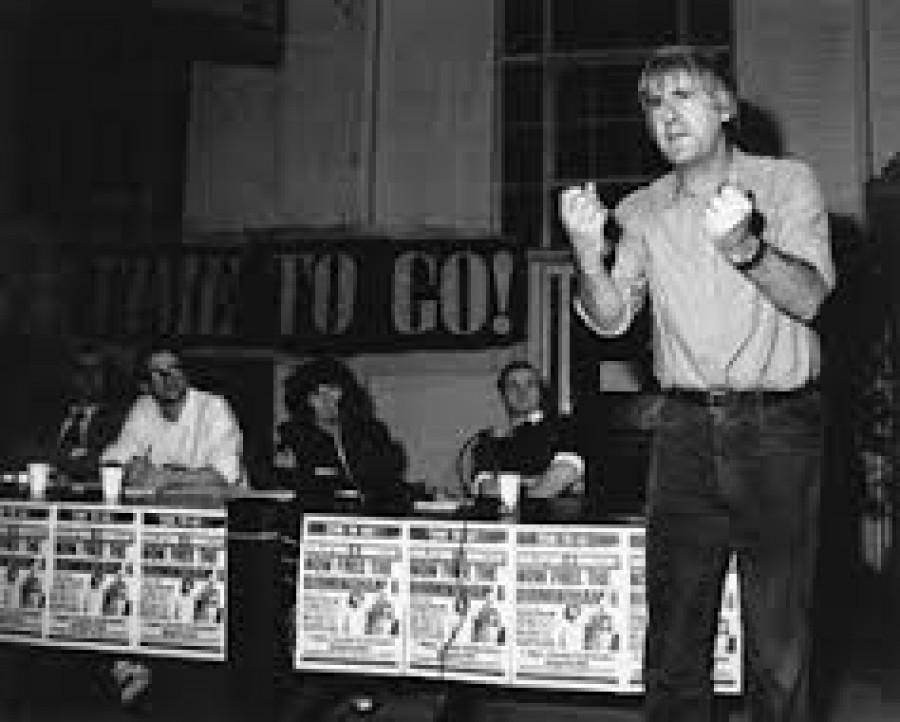 Paul Foot (1937-2006): investigativní novinář, politický aktivista, spisovatel a dlouholetý člen SWP. Byl vnukem Isaaca Foota, poslance sněmovny za Liberální stranu a synem Hugha Foota (posledního guvernéra Kypru a Jamajky) a jako lorda Caradona také britského velvyslance při OSN 1964-1970). Byl synovcem Michaela Foota, bývalého vůdce Labouristické strany.