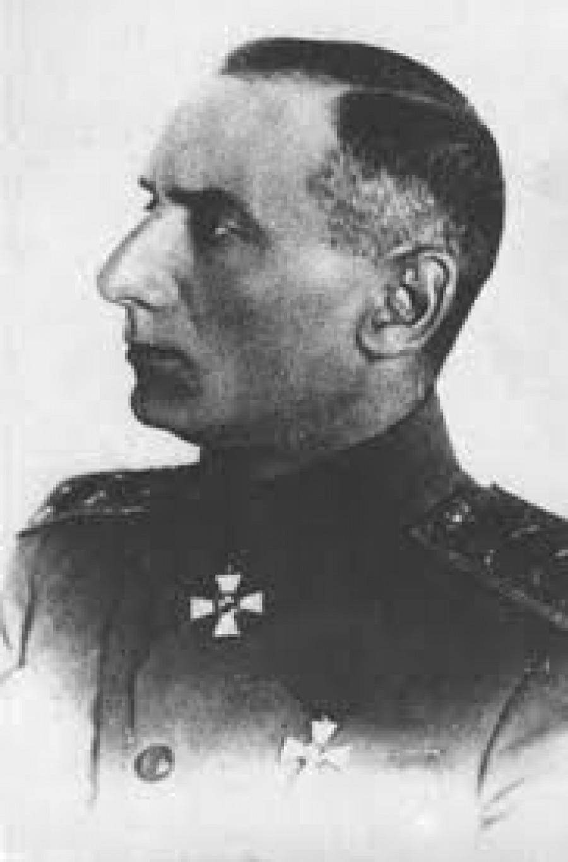 Admirál Alexandr Vasiljevič Kolčak (1874 – 1920),  ruský admirál (od roku 1917) a jeden z vůdců bílých v  ruské občanské válce. Jelikož po únorové revoluci roce 1917 zavládl v černomořské flotile chaos, vypravil se Kolčak ihned do Petrohradu, kde se setkal s ruskou Prozatímní vládou. Podal zprávu o rozpadající se a demoralizované armádě předním politikům. Požadoval obnovu disciplíny a zpřísnění trestů v armádě. Jeho návrhy byly velice brutální. Noviny začaly mluvit o Kolčakovi jako o budoucím vůdci či diktátorovi v Rusku. Několik extrémistických skupin dokonce chtělo Kolčaka za svého vůdce. V Omsku se stal ministrem v Ruské vládě – Direktoriu, ve které měla většinu Strana socialistů-revolucionářů (eserů). V listopadu 1918 vládu svrhl pučem a prohlásil se vrchním vladařem Ruska, našež nechal popravit na 500 eserů. Kolčak se ukázal jako velice nezkušený politik a idealista. Jeho vláda byla velice zkorumpovaná a nekontrolovatelná. Jeho jménem se konala mnohá zvěrstva. K vítězstvím Kolčakovi jednoznačně dopomohli Britové, kteří mu dodávali zbraně, munici, uniformy a další potřebné vybavení. Britové vynaložili na podporu bělogvardějců přes 239 milionů dolarů.  Kolčakova armáda ale byla daleko od zásobovacích tras a byla velice vyčerpaná. Kolčak si také znepřátelil potenciální spojence, jako byly například Československé legie. Legie zastavily boje v říjnu 1918, ale stále zůstávaly na území Ruska. Kolčak nemohl ani počítat s pomocí Japonska, které se bálo, že Kolčak zpochybní jeho nárok na území východní Sibiře, které japonské jednotky v průběhu války obsadily. Američané viděli v Kolčakovi diktátora (zejména kvůli formě, kterou zlikvidoval pětičlenné Direktorium prozatímní vlády) a obávali se jeho monarchistických a autokratických názorů. V roce 1919 začala bolševická protiofenzíva, ve které šla armáda bílých od porážky k porážce. Kolčak začal ztrácet půdu pod nohama. Rudá armáda obsadila Ufu a bez boje vstoupila do Omsku. Kolčak utekl z Omsku po Transsibiřské magistrále,