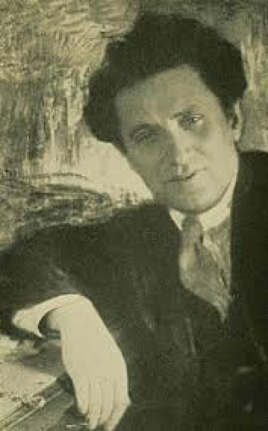 Grigorij Jevsejevič Zinovjev (1883-1936):  Během Leninovy nemoci vytvořil spolu se Lvem Kameněv a Josifem Stalinem vládnoucí triumvirát, který umenšil vliv Trockého. Zinovjev a Kameněv byli v roce 1928 vyloučeni ze strany. Zůstali politicky nečinní do října 1932, kdy se do politiky opět vrátili. Po vraždě Sergeje Kirova Leonidem Nikolajevem roku 1. prosince 1934 byl obviněn z vytvoření teroristické organizace přípravující vraždu Josefa Stalina.