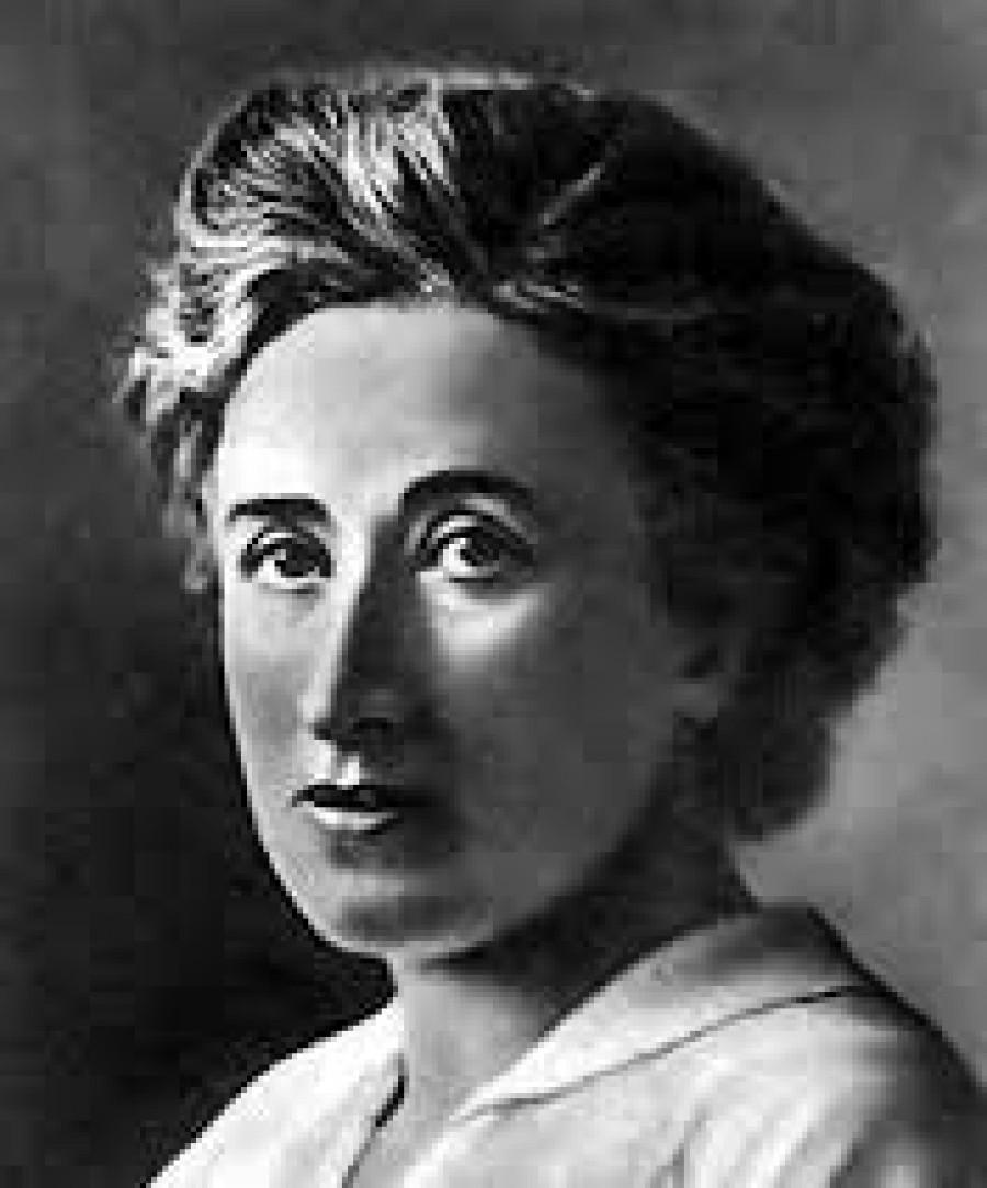 Róza Luxemburgová ŽIVOTOPIS  Róza Luxemburgová se narodila 5. března 1871 v Zamostí (Zamość v polské oblasti Ruska) jako nejmladší z pěti dětí. Protože jí hrozilo zatčení za revoluční agitaci, odjela v roce 1889, jako osmnáctiletá, do švýcarského Curychu. Za pobytu v Curychu pokračovala i ze zahraničí v revoluční činnosti při studiu politické ekonomie a práva; doktorát získala v r. 1889. Stýkala se  mnohými ruskými sociální demokraty (ještě v době před rozdělením SDDSR); mezi nimi i vůdčí členy strany: Georgie Plechanova a Pavla Axelroda. Bylo to nedlouho předtím, než Luxemburgová vyjádřila ostré teoretické neshody s ruskou stranou, zejména k otázce polského sebeurčení: Luxemburgová věřila, že sebeurčení oslabí mezinárodní socialistické hnutí a poslouží pouze buržoazii k upevnění její moci nad nově nezávislými národy. Luxemburgová se v této otázce rozešla jak s ruskou tak polskou socialistickou stranou, které věřily v právo ruských menšin na sebeurčení. Na druhé straně, Luxemburgová pomáhala vytvořit polskou sociálně demokratickou stranu. V této době Luxemburgová potkala svého celoživotního partnera Lea Jogichese , který byl vůdcem Polské socialistické strany. Zatímco Luxemburgová byla mluvčím a teoretikem této strany, Jogiches ji doplňoval jako organizátor strany. Vytvořili osobní a politický vztah pro celý zbytek svých životů. Luxemburgová zaměnila v r. 1898 Curych za Berlín a vstoupila do Německé sociálně demokratické dělnické strany. Brzy po vstupu se začala formovat Luxemburgové kypící revoluční agitace a publikační činnost. Hlavní závěry tehdejší diskuse v německé sociální demokracii shrnula v r. 1900 v spise