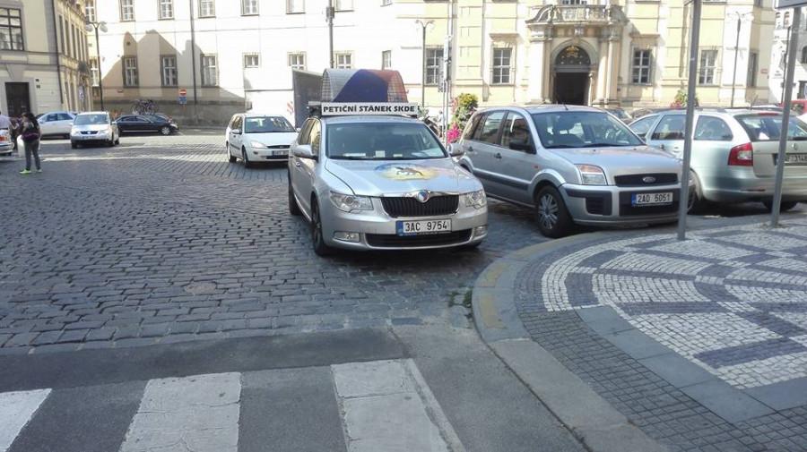 Taxikářský předák Ponert parkuje na žluté...