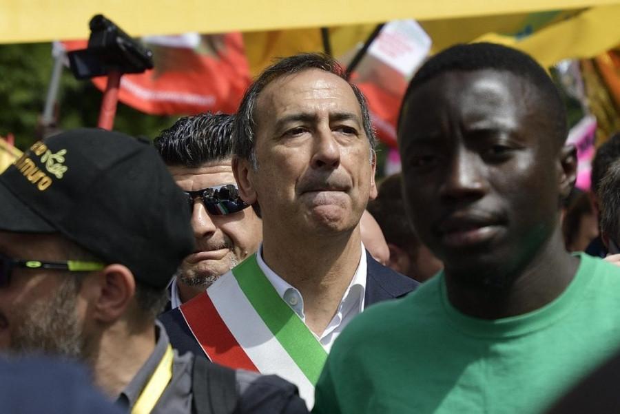 Starosta Milána, Giuseppe Sala v průvodu s migranty ...