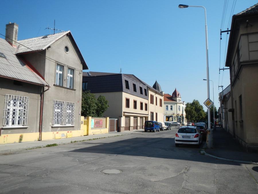 Ulice Divadelní, Kladno, před přestavbou, vyfoceno 2016. Hezké domy v ošklivé ulici.