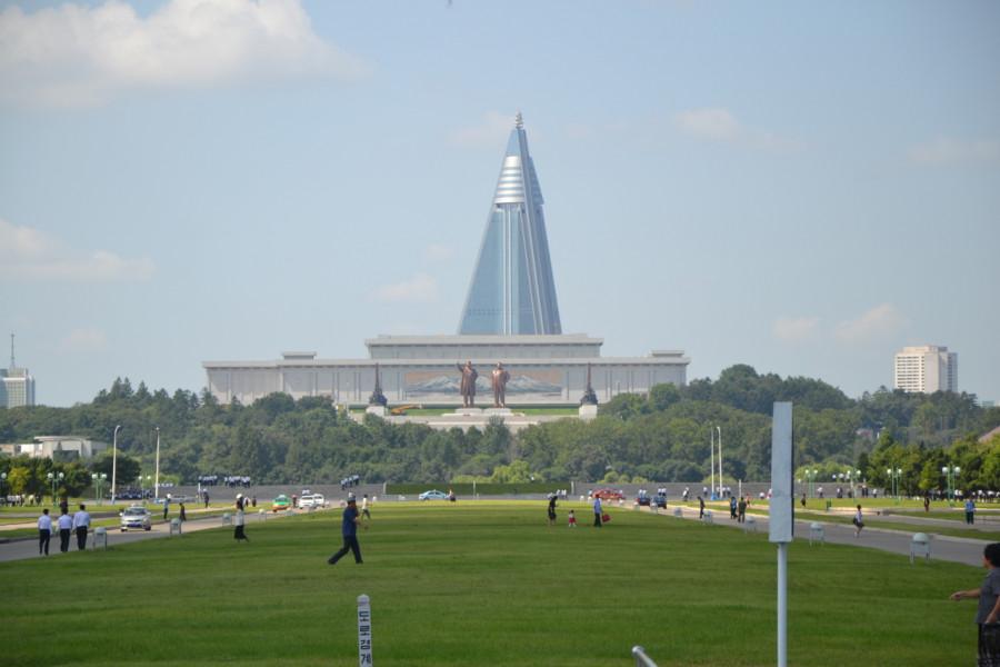 Jedna z největších travnatých ploch v Pchjongjangu. Fajn místo. Teď se tady začala stavět nová hlavní nemocnice.