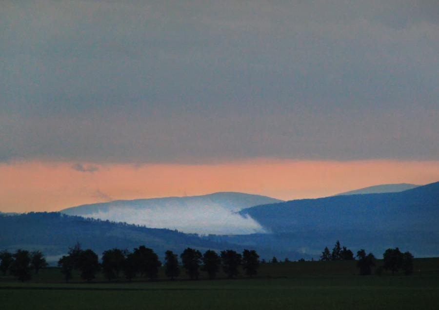 Ráno po bouřce a mlha plazící se od Jeseníků
