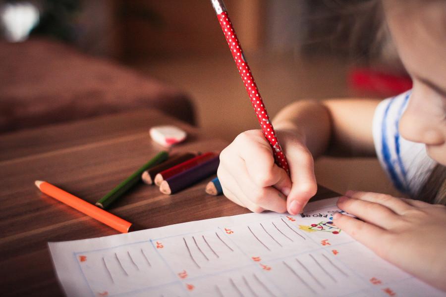 Vychovatelé se s dětmi učí, odpoledne s nimi tráví volný čas.