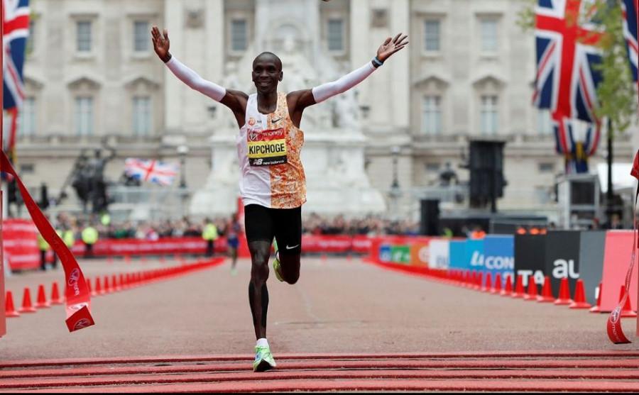 Kipchoge vítězí v Londýnském maratónu 2019