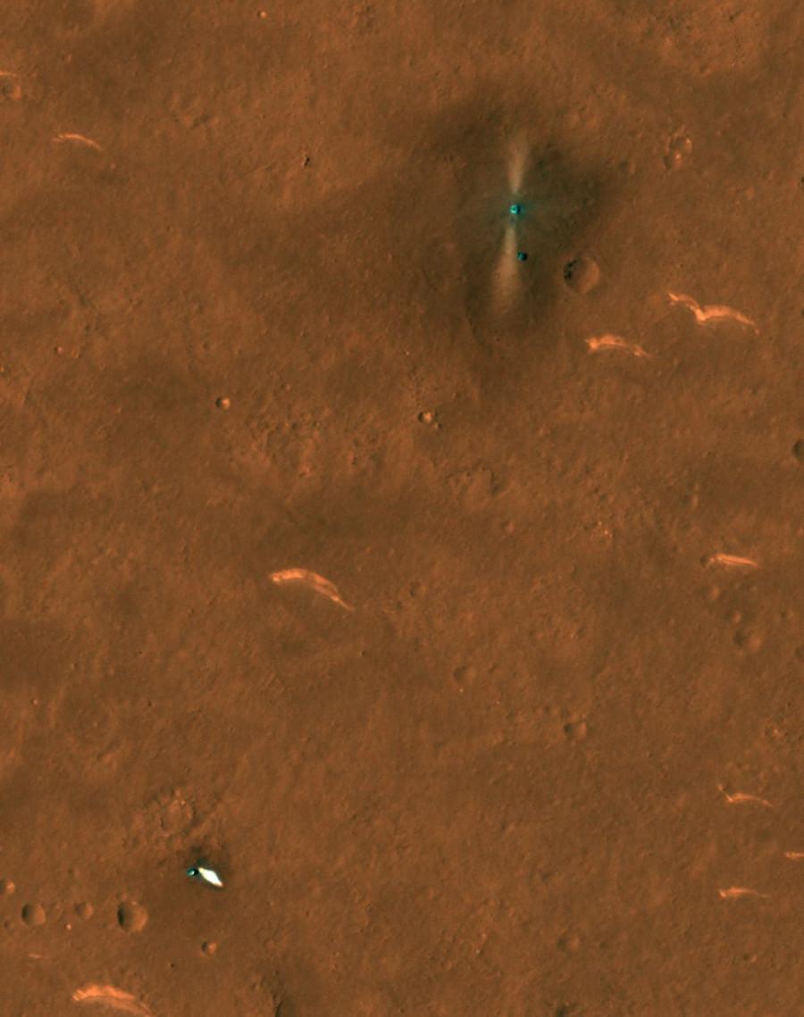 Obrázek: Místo přistání Zhurong na Marsu. Padák a zadní tepelný rky čínského roveru Zhurong Mars jsou vidět vlevo dole. Zdroj: NASA/JPL/UArizona